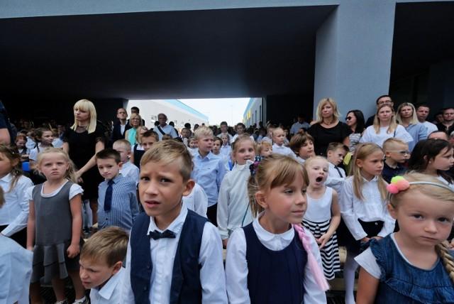 W poniedziałek w nowo powstałym Zespole Szkolno-Przedszkolnym nr 9 na Umultowie odbyła się miejska inauguracja roku szkolnego. 3 września poznańscy uczniowie rozpoczęli rok szkolny 2018/2019. Zobaczcie, jak przebiegała ta uroczystość.
