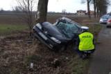 Wypadek w Głogówku Królewskim pod Świeciem. Samochód uderzył w drzewo, kierowca śmigłowcem zabrany do szpitala [zdjęcia]