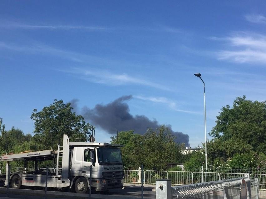 Kraków. Wielki pożar w rejonie ronda Matecznego. Palą się materiały budowlane [ZDJĘCIA]