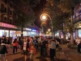 Krupówki nocą pełne po brzegi. Końcówka wakacji, a turystów w Zakopanem nie ubywa