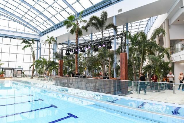 Suntago - największy zadaszony park wodny w Europie - znajduje się we Wręczy, niedaleko Warszawy. Choć na zakończenie wakacji pogoda nas nie rozpieszcza, w Suntago można poczuć się jak na egzotycznych wakacjach.  Na terenie Suntago znajdują się 32 zjeżdżalnie o łącznej długości ponad trzech kilometrów, baseny o powierzchni 3500 m2 i trzy strefy tematyczne.  Zobaczcie, jak wygląda aquapark od środka i jakie atrakcje oferuje.  Aby przejść do galerii, wystarczy przesunąć zdjęcie gestem lub nacisnąć strzałkę w prawo.