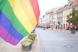 """""""Kochajcie mnie, mamo i tato"""". W Warszawie i Poznaniu zawisną billboardy wspierające nastolatków LGBT"""