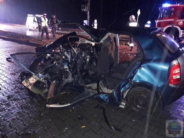 Tak po wypadku wyglądała skoda fabia, w którą uderzył pijany kierowca z Ukrainy. Rafał Koprek zginął na miejscu. Strażacy musieli rozciąć karoserię, żeby uwolnić dwóch pasażerów.