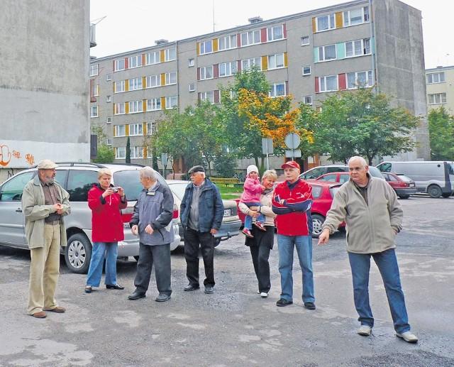 Mieszkańcy bloku przy Leszka Czarnego 18 twierdzą, że miasto niesłusznie zabrało im drogę