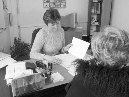 Hanka Ziemkowska, specjalistka do spraw szkoleń dąbrowskiego PUP, przyjmuje kolejne podanie o dofinansowanie kursu.  OLgierd gÓrny