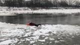 Zobaczcie zdjęcia z akcji ratunkowej: mężczyzna wpadł do Odry we Wrocławiu