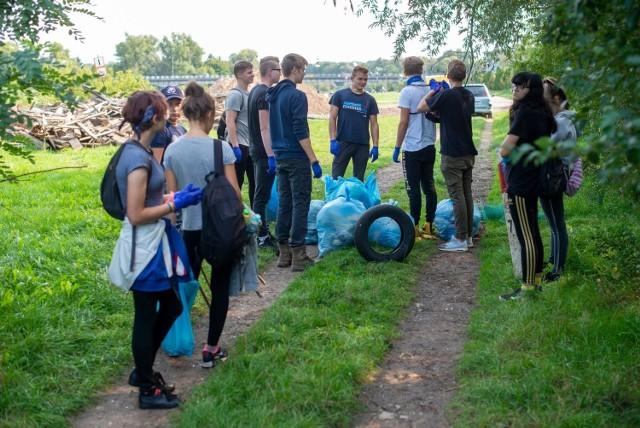 Sprzątanie brzegów Warty w Sierakowie (zdjęcia z 2020 roku).