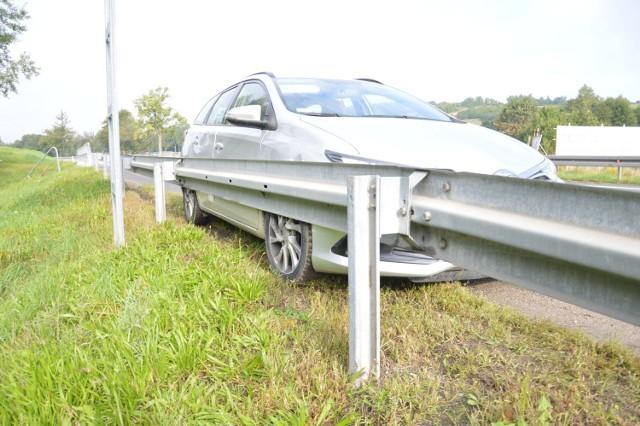 Kolizja na DK94 w Łapczycy, kierowca chciał uniknąć zderzenia z psem, wjechał w bariery i trafił do szpitala, 21.09.2021