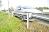Łapczyca. Kolizja na DK94 w Łapczycy, kierowca chciał uniknąć zderzenia z psem, wjechał w bariery i trafił do szpitala [ZDJĘCIA]