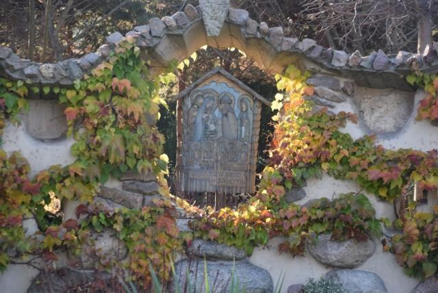 Ogród różańcowy przy kościele bł.Karoliny w Tychach późną jesienią