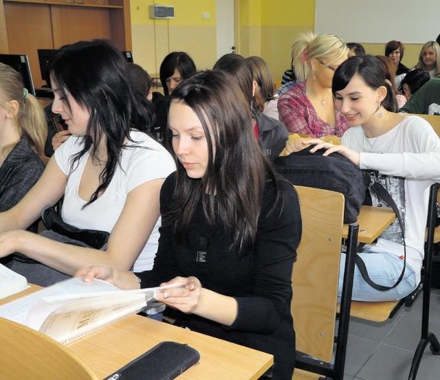 Maturzyści obawiają się egzaminu z matematyki. Czy pomogą im dodatkowe lekcje?
