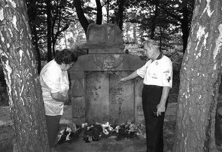 Pomnik poległych jest szczególnie bliski dawnym zarzeczanom.ZDJĘCIE: DANUTA CZAUS