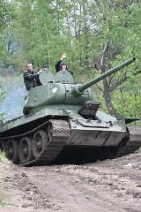 """Dąbrowski czołg T-34 gościł w Wysokiej w gminie Łazy. Okazją była akcja """"Pod pancerzem"""""""