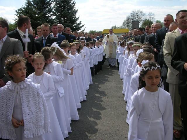 Rozpoczęły się komunie w Skierniewicach. W Kościele Garnizonowym do komunii przystąpiło 50 dziewcząt i chłopców. Niżej Fotorelacja z uroczystości.