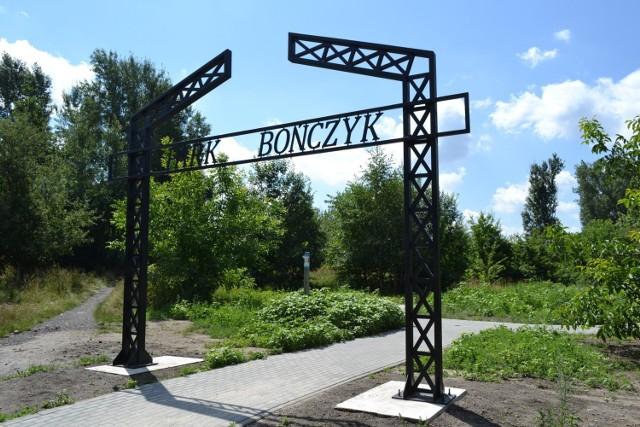 Tak prezentuje się brama Parku Bończyk w Mysłowicach. Obecnie prowadzone są tutaj prace przy inwestycji Bike&Ride. W przyszłości ma być to piękne miejsce do odpoczynku. Obecnie niestety jest zarośnięte.   Zobacz kolejne zdjęcia. Przesuń w prawo - wciśnij strzałkę lub przycisk NASTĘPNE
