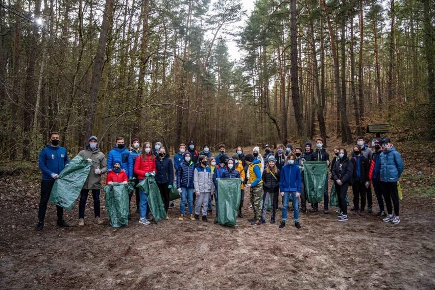 Szermierze AZS AWFiS Gdańsk dają dobry przykład, sprzątają lasy oliwskie i zapraszają do tego mieszkańców ZDJĘCIA