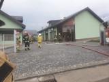 Leńcze. Pożar fabryki butów pod Kalwarią Zebrzydowską. Przyczyną uderzenie pioruna? [ZDJĘCIA]