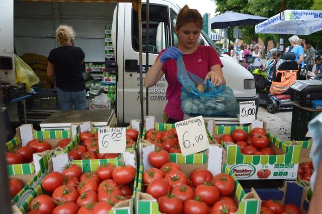 Ceny warzyw i owoców na targowisku w Zelowie.