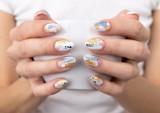 Paznokcie wiosna 2021: trendy, wzory. Najlepsze stylizacje i pomysły na wiosenne paznokcie. Królują pastele i motywy kwiatowe! ZDJĘCIA
