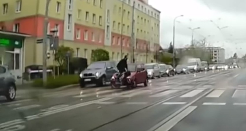 Kierowca fiata potrącił rowerzystę jadącego przez przejazd...