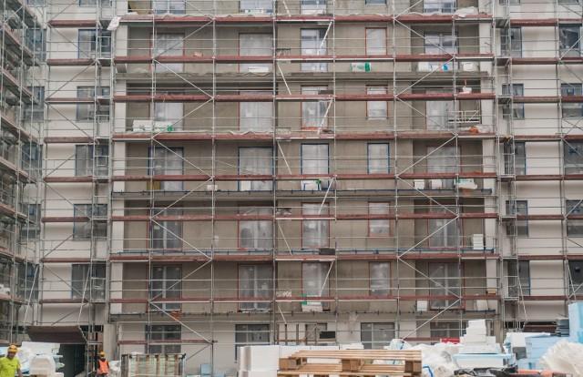 Koszty budowy gwałtownie rosną wraz ze wzrostem cen materiałów budowlanych.