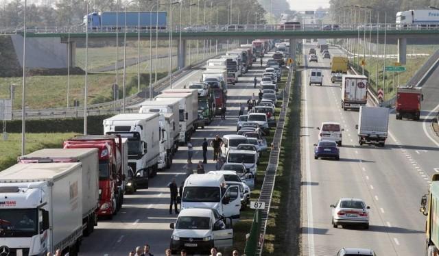 Tak wygląda korytarz życia. Samochody ciężarowe i osobowe robią miejsce, na środku drogi zjeżdżając maksymalnie w prawo i w lewo.