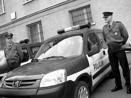 Sierżant Adrian Mann i sierżant Paweł Pustułka odebrali nowe samochody.