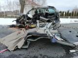 Tragiczny wypadek pod Wyszkowem. Opel rozpadł się na części. Zginął młody kierowca