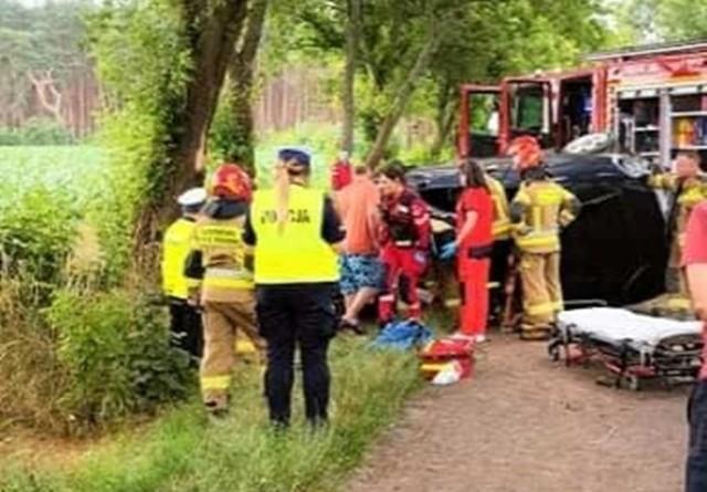 W czwartek, 8 lipca, na drodze powiatowej pomiędzy Lipinkami a Krążkowem doszło do groźnego wypadku, w wyniku którego ranna została jedna osoba.    - Kierująca osobowym samochodem z niewyjaśnionych jeszcze przyczyn zjechała z drogi, uderzając w drzewo przydrożne, a następnie dachowała – informują strażacy z OSP Sława.   Ranna kobieta została przetransportowana śmigłowcem Lotniczego Pogotowia Ratunkowego do szpitala.   Droga po wypadku została zablokowana.  Czytaj także: Korytarz życia na drodze. Jak go utworzyć? Wystarczy przestrzegać kilku zasad!  Wideo: Jak się zachować, kiedy jesteśmy świadkami wypadku?  źródło: Dzień Dobry TVN/x-news