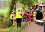 Wypadek koło Sławy. Samochód uderzył w drzewo i dachował