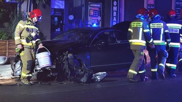 Pijany kierowca w Piotrkowie wpadł w poślizg na ul. Wojska Polskiego, uderzył w ogrodzenie i słup oświetleniowy