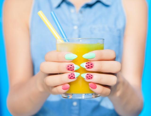 Paznokcie na lato mogą i powinny być kolorowe! Jaki manicure króluje w tym roku? Zobacz najmodniejsze kolory i wzorki na paznokcie letnie!