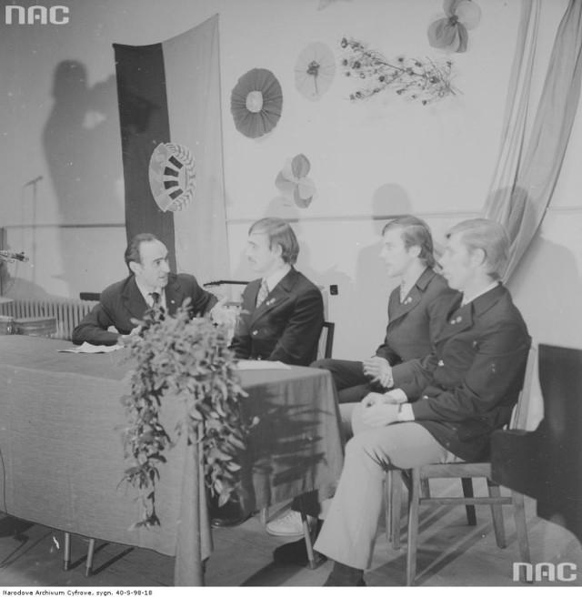 Sportowcy za stołem prezydialnym. W tle flaga i godło Ludowych Zespołów Sportowych.  Zobacz też: Tak wyglądał Toruń w latach 1972 - 1975 (KLIKNIJ ZDJĘCIE)   Zdjęcia pochodzą ze zbiorów Narodowego Archiwum Cyfrowego - Fot. Rutowska Grażyna