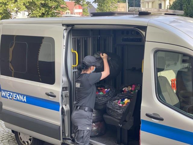 Funkcjonariusze z Zakładu Karnego Bydgoszcz-Fordon i Oddziału Zewnętrznego w Strzelewie po raz kolejny zaangażowali się w zbiórkę plastikowych nakrętek na rzecz 6-letniego Mikołaja, który choruje na rdzeniowy zanik mięśni typu 1.