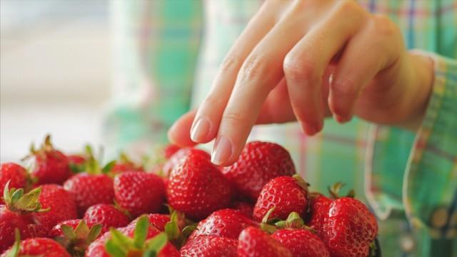 Co jeść w czerwcu? Jedyna słuszna opcja to sezonowe warzywa i owoce, których pojawia się coraz więcej! Sprawdź, czego warto wypatrywać na bazarach i w warzywniakach -->