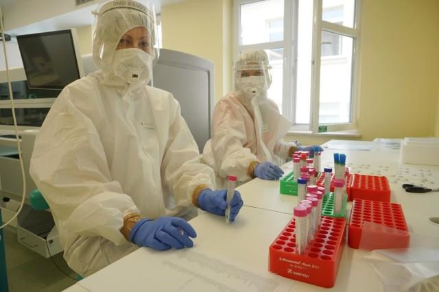 Aż 10 zgonów na koronawirusa odnotowano w regionie łódzkim. To drugi najgorszy dzień w historii epidemii. Na dodatek padł kolejny rekord wykrytych zakażeń aż 880 w całym województwie łódzkim.