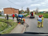 Wypadek w Jankowie Pierwszym. Samochód wylądował w ogrodzie. Jedna osoba ranna. ZDJĘCIA