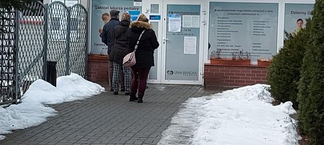 Pod przychodnią na ulicy Dmowskiego w Sosnowcu nie było sporych kolejek  Zobacz kolejne zdjęcia. Przesuń zdjęcia w prawo - wciśnij strzałkę lub przycisk NASTĘPNE
