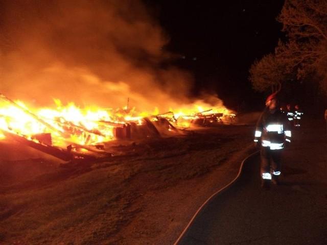 Pożar w Liskach - zdjęcia  Działania strażaków skupiły się na zabezpieczeniu miejsca pożaru oraz na obronie drogi asfaltowej, która przebiegała wzdłuż budynku.  Zobacz też: Tragiczny wypadek w miejscowości Wojtkowo. Kierowca BMW zginął na miejscu [Zdjęcia]