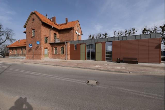Elewacja budynku dworca PKP dziś cieszy oczy mieszkańców odrestaurowanymi historycznymi detalami