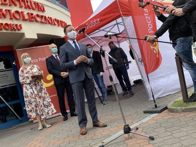 - Cieszę się, że Poczta Poska dołoży jeszcze jedną cegłę do tego muru, który chroni obywateli kraju i przyczyni do postępu w tej ludzkiej batalii z koronawirusem - mówił Grzegorz Kurdziel wiceprezes ds. sprzedaży PP