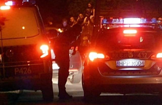 Agresywny mężczyzna rzucił się na policjantów. Zostali ranni. Trafili do szpitala.