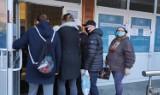 Ogromne kolejki przed przychodniami. Ruszyła rejestracja szczepień dla osób 70+