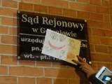 """""""SRU for life"""" na wejściu do Sądu Rejonowego w Goleniowie. Kolejna nocna akcja"""