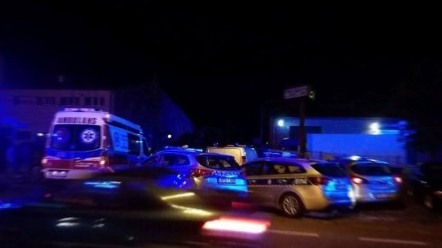 Do jednego z łódzkich szpitali trafił poturbowany obywatel Ukrainy, który uczestniczył w bójce na łódzkim Karolewie. W niedzielę w rejonie ul. Wileńskiej biło się co najmniej pięć osób. Oprócz Ukraińca policjantom nie udało się nikogo zatrzymać. Mimo, że funkcjonariusze użyli broni palnej!  Czytaj więcej na następnej stronie