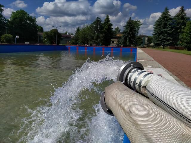 Strażacy z OSP Kobylanka napełniają otwarty basen w Gorlicach