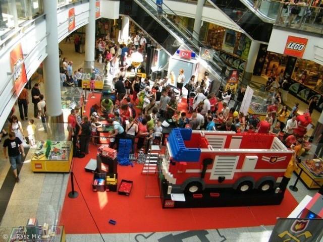 Setki dzieci wzięły udział w budowie wozu strażackiego z klocków Lego. Fot. Łukasz Mic