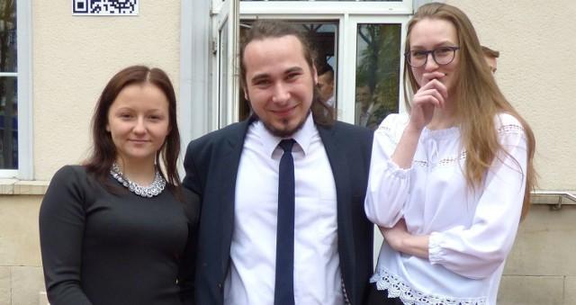 """Iza (z lewej) i Ada - """"misski"""" buskiego """"mechanika"""" po egzaminie z matematyki były w czarnych nastrojach. Pocieszał je... """"śpiewająco"""" Bartek, najlepszy wokalista w szkole."""