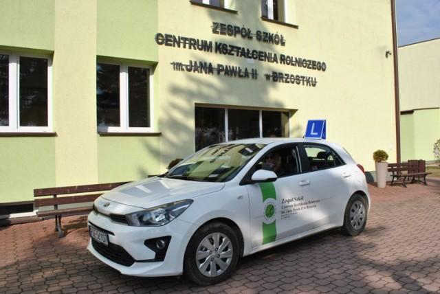 Zespół Szkół Centrum Kształcenia Rolniczego w Brzostku zyskał nowy wygląd, ale też i wyposażenie. Zakupiono m.in. nowy samochód do nauki jazdy
