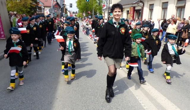 Przemarsz ulicami miasta otwierali harcerze, pod batutą komendanta buskiego hufca Teresy Leszczyńskiej.